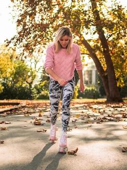 Parte anteriore della donna nel pattinaggio a rotelle legging
