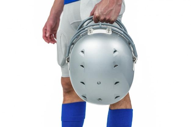 Parte centrale del giocatore di football americano che passa il suo casco