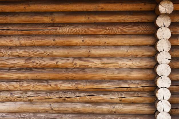 Parte del muro fatta di tronchi di legno