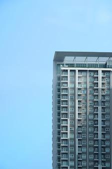 Parte del particolare del condominio su mezzo cielo blu con luce solare