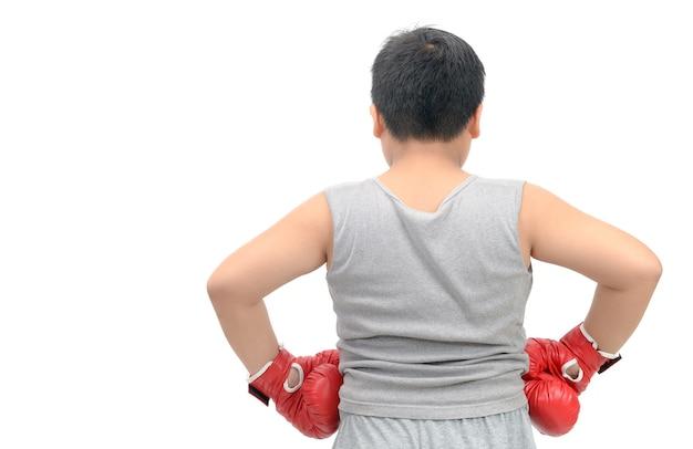 Parte del ragazzo grasso che indossa i guanti di inscatolamento rossi i