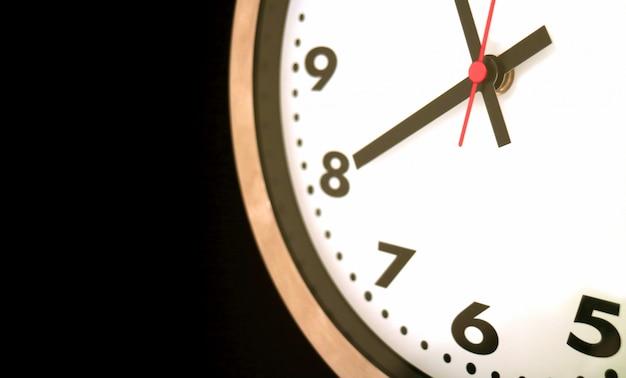 Parte dell'orologio da parete alle 8 in punto