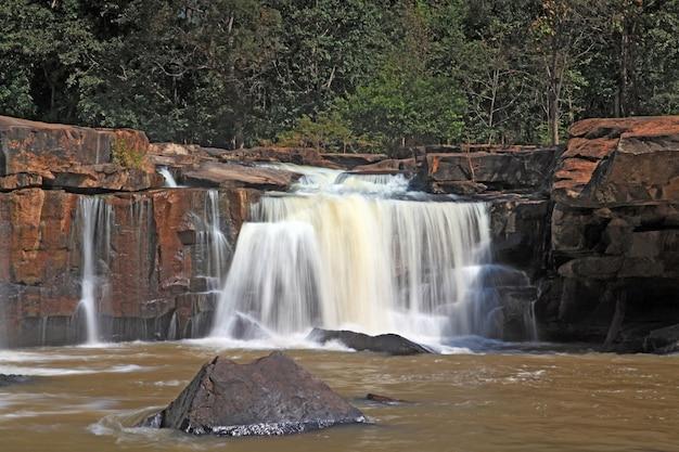 Parte della cascata tadtone nella foresta di clima della tailandia