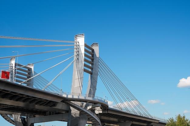 Parte della costruzione del ponte del metallo. parte di grande ponte della città su cielo blu