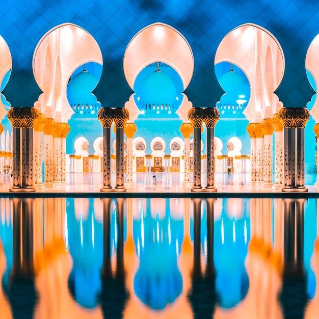 Parte della famosa moschea, abu dhabi, di notte