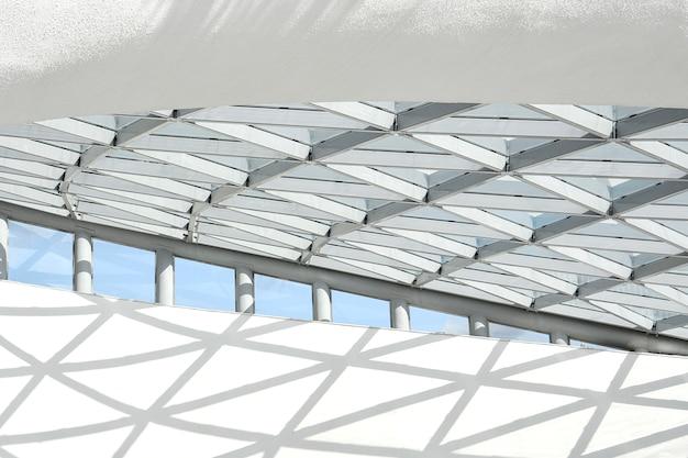 Parte della struttura architettonica costituita da una struttura metallica a forma di rombi.