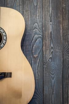 Parte di chitarra acustica sullo sfondo di schede strutturate.