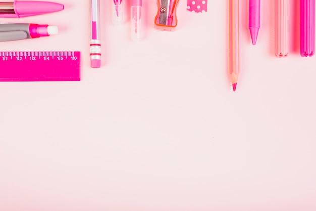 Parte di matite e penne rosa
