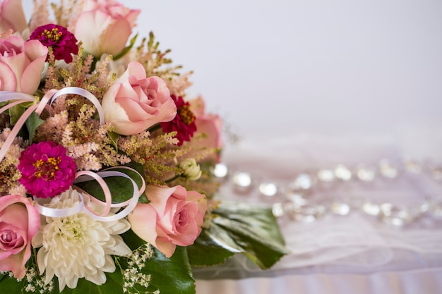 Parte di un bouquet su una tovaglia bianca