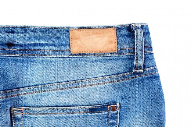 Parte posteriore dei jeans con la fine della tasca in su isolata