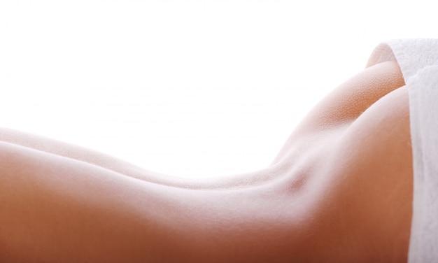 Parte posteriore della donna con un asciugamano bianco