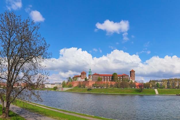 Parte storica della città di cracovia in polonia. vista sprintgime del fiume vistola con il castello reale di wawel in giornata di sole in primavera,