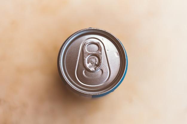 Parte superiore di una lattina di birra o soda. sfondo sfocato