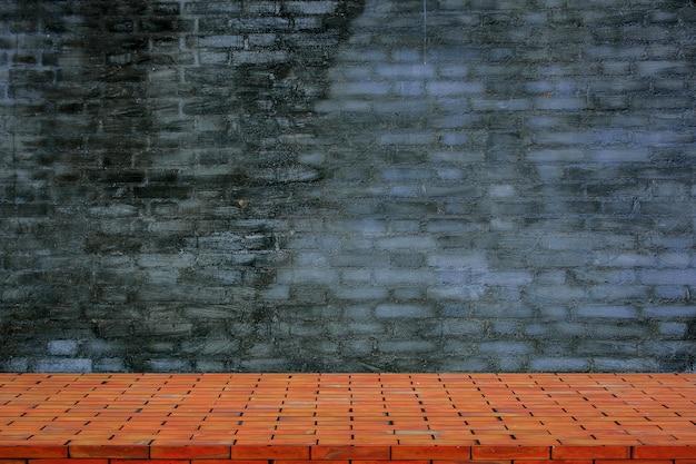Parte superiore vuota del pavimento del mattone e della priorità bassa della parete di pietra naturale