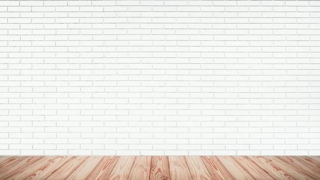 Parte superiore vuota del pavimento di legno con il fondo bianco del muro di mattoni.