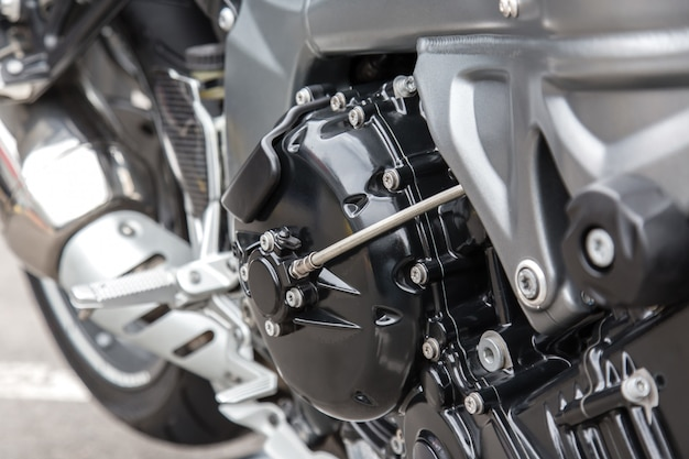Parti del motore di un primo piano del motociclo da corsa.