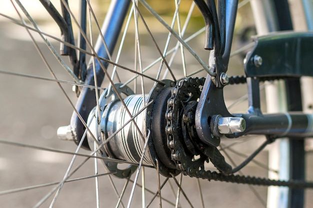 Parti di biciclette. primo piano a catena del fuoco selettivo