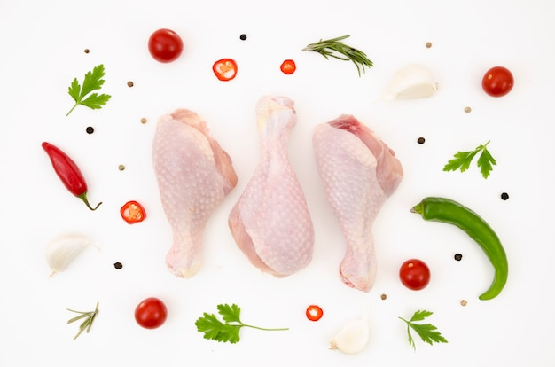 Parti di pollo crudo con ingredienti diversi