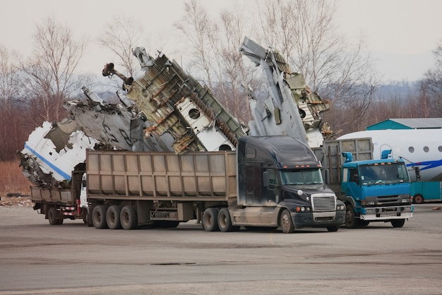 Parti di un jet smontato caricate su un camion
