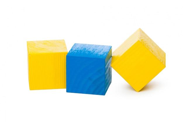 Particelle elementari di legno isolate su fondo bianco