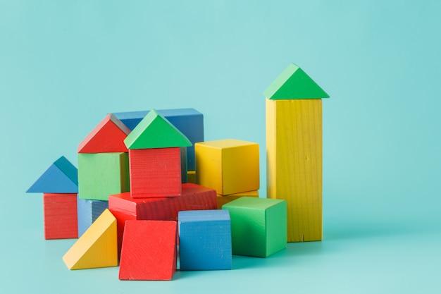 Particelle elementari di legno variopinte del giocattolo