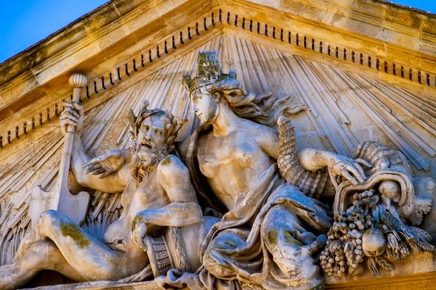 Particolare del palazzo di scambio di mais nella place de l'hôtel de ville ad aix-en-provence, francia