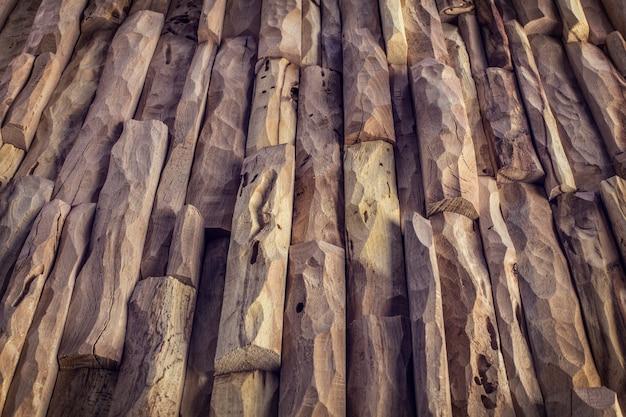Particolare del pannello in legno lavorato a mano