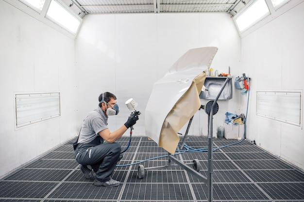 Particolare del primo piano della macchina. la vernice viene applicata sulla superficie della macchina