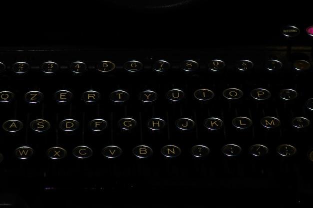 Particolare della macchina da scrivere antica su uno sfondo nero