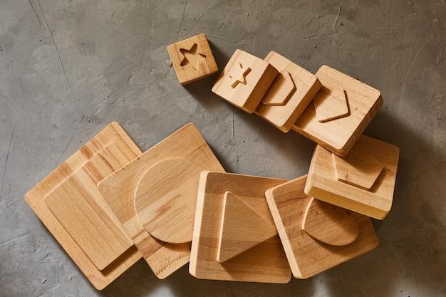Particolari della piramide di legno del giocattolo dei bambini. figure geometriche.