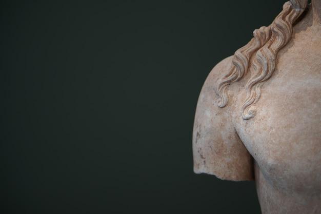 Particolari di oggetti trovati nell'antico sito archeologico di messene