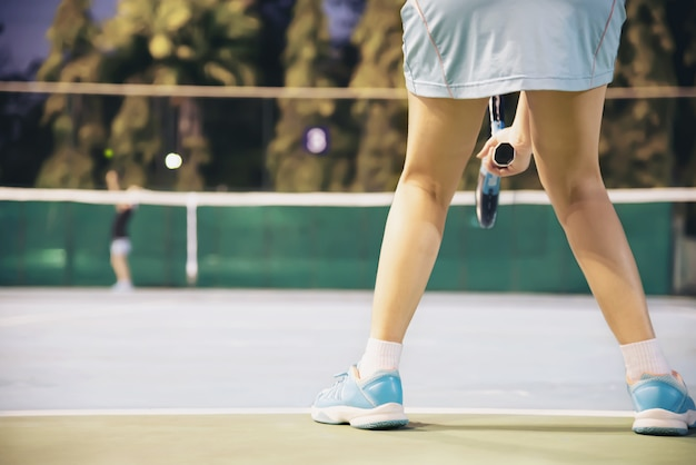 Partita di tennis che l'avversario serve al giocatore femminile