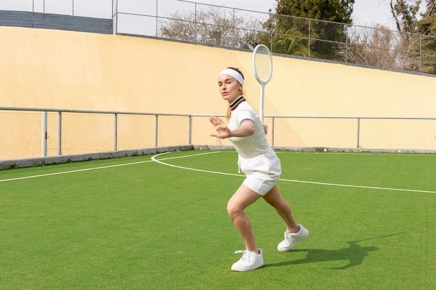 Partita di tennis con bella donna