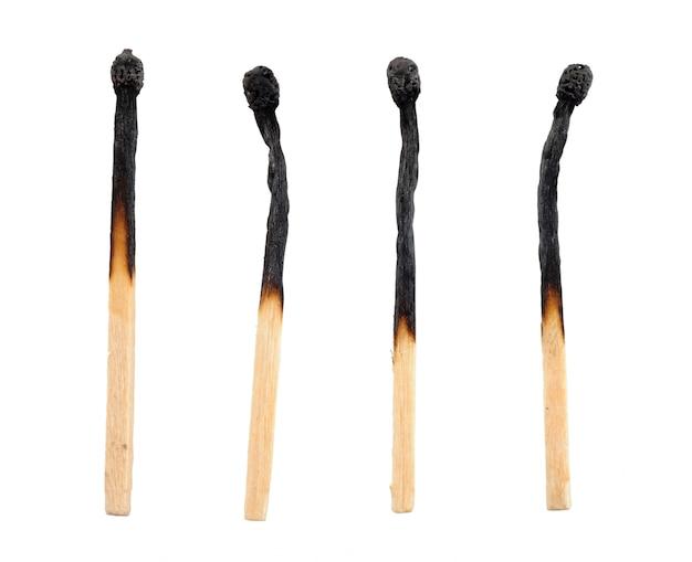 Partite bruciate isolate su bianco