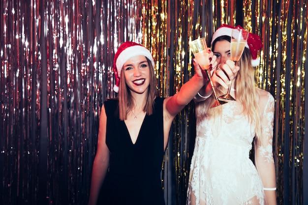Partito di 2018 con le ragazze e lo champagne