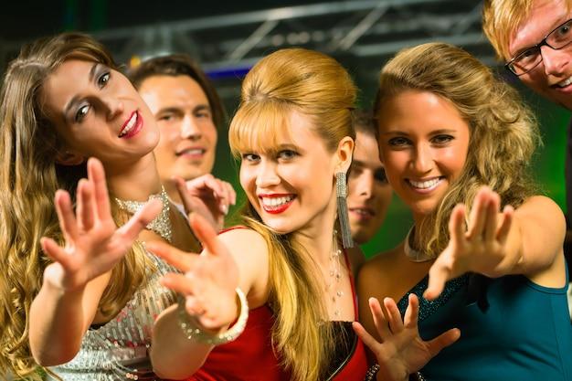 Partito gente che balla in discoteca