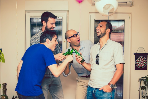 Partito maschile con birra