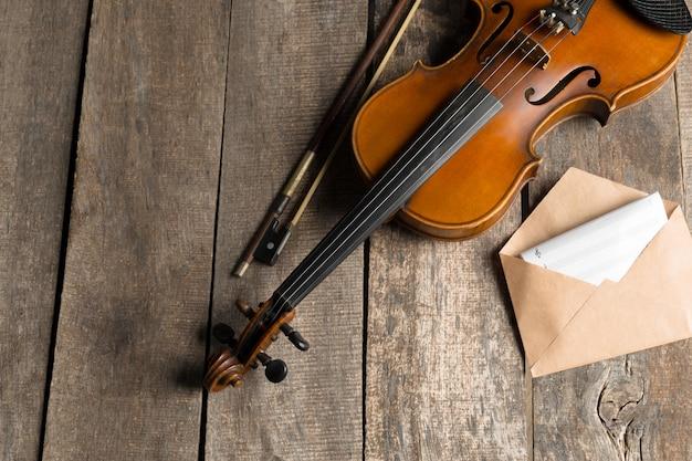 Partitura e violino sul tavolo di legno