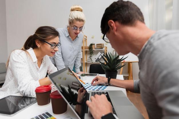 Partner aziendali che lavorano in ufficio