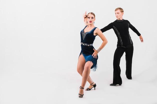 Partner che ballano la danza appassionata