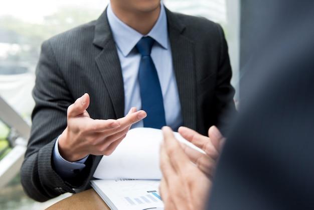 Partner commerciali che discutono il documento alla riunione