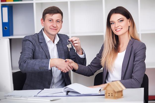 Partner commerciali che lavorano insieme
