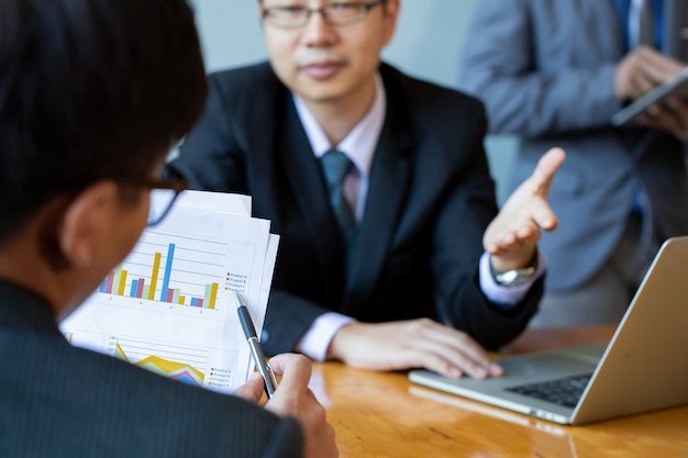 Partner commerciali discutendo documenti e idee durante la riunione. lavorare in gruppo