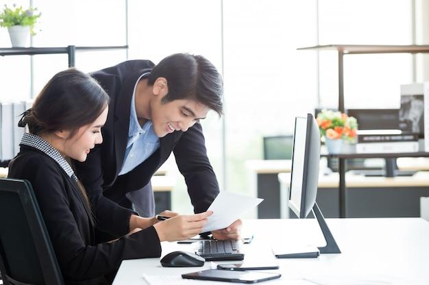 Partner commerciali discutendo il lavoro insieme
