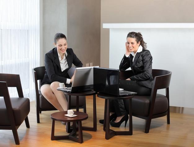 Partner commerciali femminili in una riunione