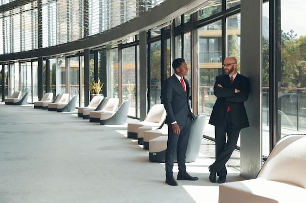 Partner commerciali in un ufficio moderno
