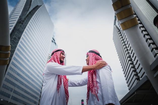 Partner di uomini d'affari arabi discutendo documenti.