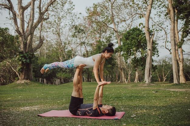 Partner di yoga con posa difficile e acroatica