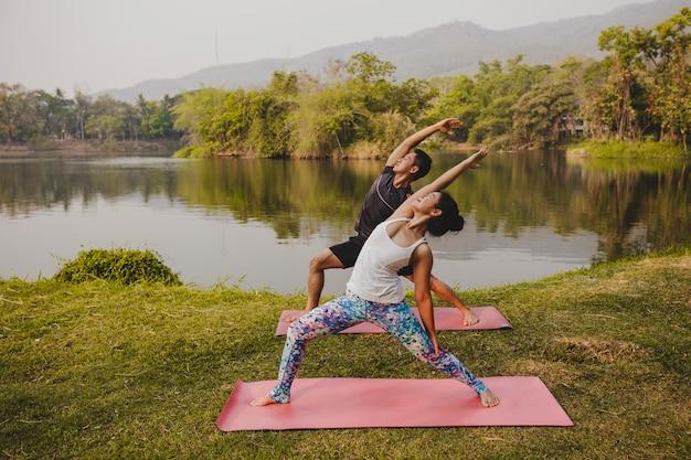 Partner di yoga, flessibilità e paesaggio