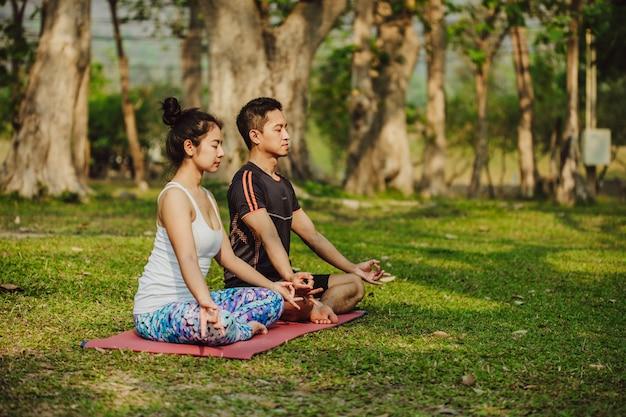 Partner di yoga seduti e meditando